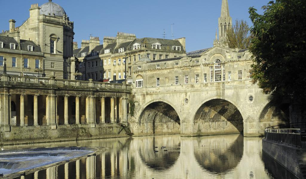 Image: Pulteney Bridge and the colonnades along the River Avon