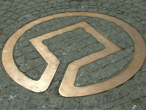 Image of World Heritage emblem in bronze set into street in Bath
